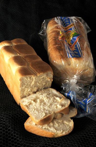 Am besten geeignet sind frisch gebackene Kasten-Weißbrote und Toastbrote vom Bäcker (links).