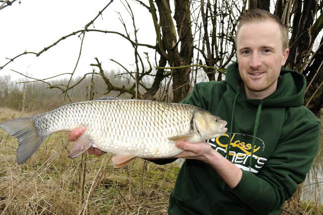 Wer solche tollen Fische (hier ein Döbel über 6 Pfund) fängt, der darf sich ausgiebig freuen!