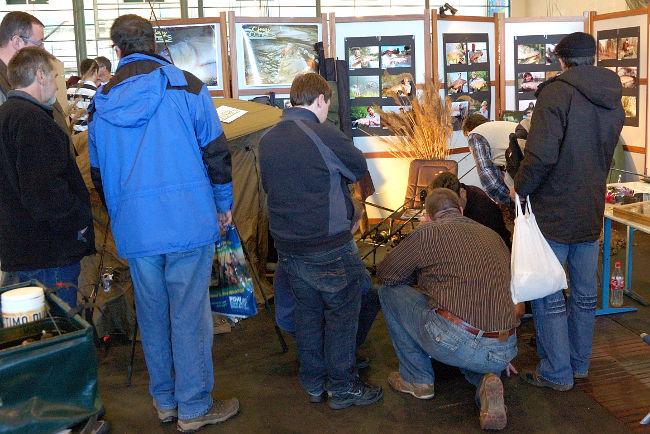 An Anglerwissen kann man auch gelangen, wenn man erfahrene Angler fragt. Hier sieht man interessierte Besucher der Stippermesse in Bremen am Classy Catchers Stand.