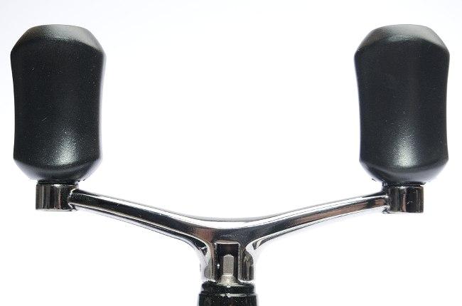 Die Doppelkurbel ist aus solidem Metall und hat rutschfeste Griffe.