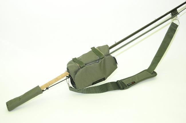 Die Purist Rod Sling ist eine ultra-kompakte Transportmöglichkeit für eine montierte Rute.