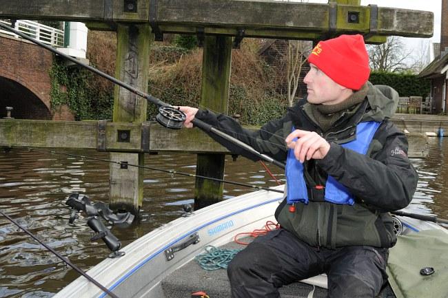 Spinning Side Cast vom Boot: Von der rechten Seite Schwung holen, Spule mit dem Daumen fixieren, mit dem Daumen der linken Hand Schnur nach hinten abgreifen...